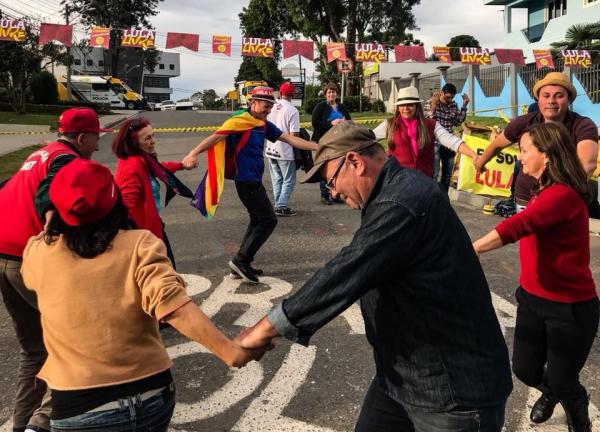 Juiz volta a autorizar uso de força policial para remover barracas da Vigília Lula Livre