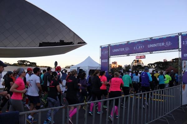 Meia Maratona de Curitiba Uninter celebra 8 anos com palestras para  corredores 62bef6d8378e6