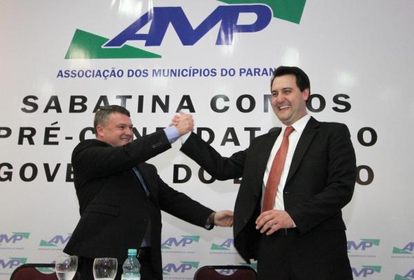 Ratinho Junior mostra maturidade em sabatinada na AMP