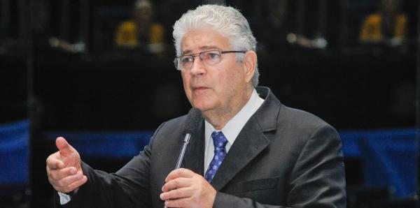 Requião tenta cassar diploma de senador eleito Flávio Arns