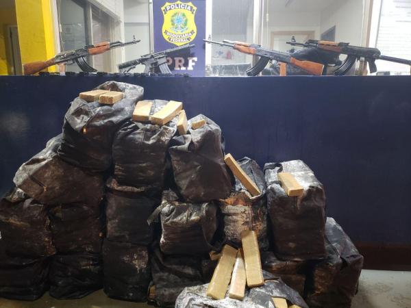 PRF apreende quatro fuzis, 2,3 mil munições e maconha em contêiner no Paraná