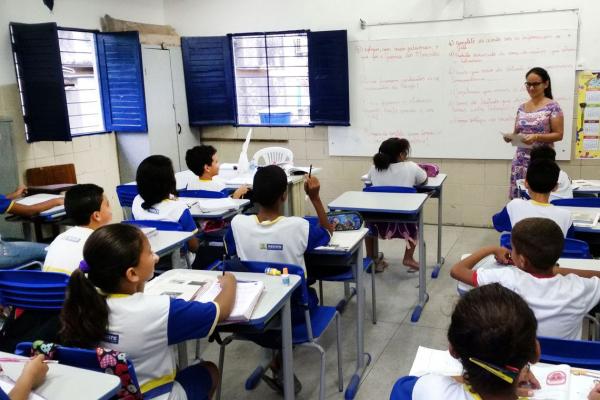 """Sob pretexto de coibir suposta """"doutrinação"""", projeto estabelece restrições à discussões sobre política, gênero e sexualidade nas escolas"""