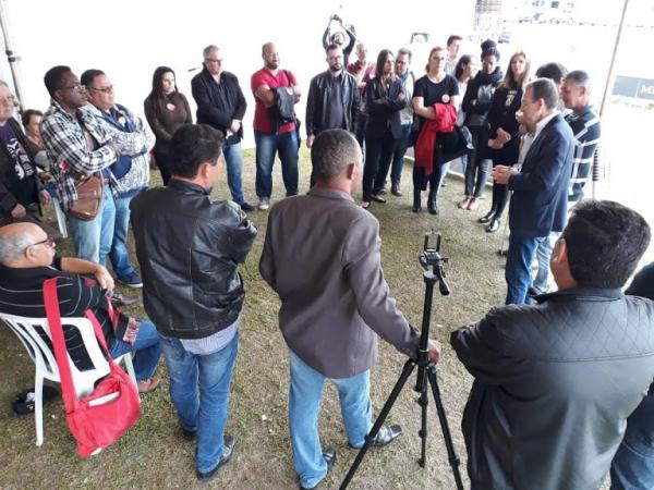 Servidores em frente ao Palácio Iguaçu ouvem relato de deputados sobre encontro com o governador