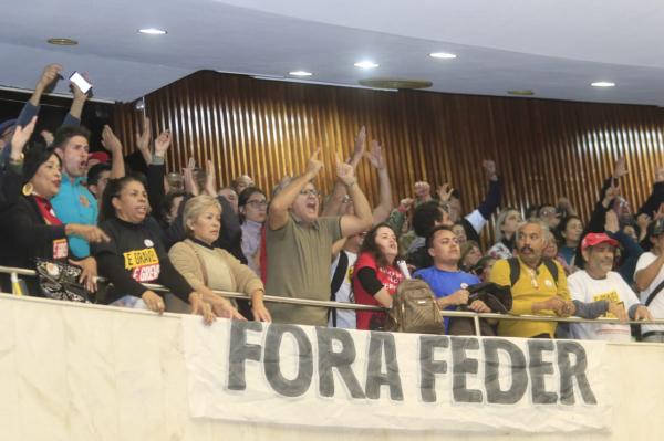 Servidores ocupam galerias da Assembleia: invasão ocorreu após discurso de deputado Ricardo Arruda (PSL)