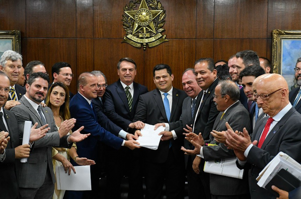 Entrega das propostas na Presidência do Senado reuniu o presidente Jair Bolsonaro, o presidente do Senado, Davi Alcolumbre, além de ministros e senadores