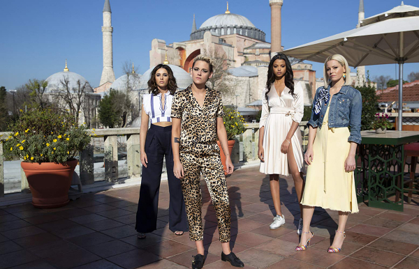 As Panteras: Elena (Naomi Scott), Sabina (Kristen Stewart), Jane (Ella Balinska) e Bosley (Elizabeth Banks)