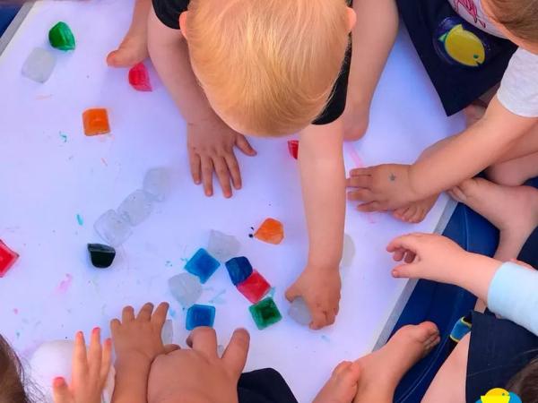 Crianças da Escola Peixinho Dourado em atividades que vão além do manuseio com o plástico.