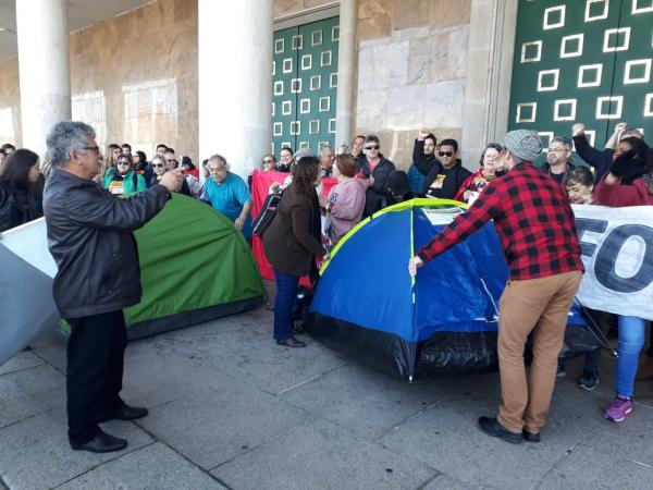 Servidores erguem barracas em frente às portas de acesso do Palácio Iguaçu, após desocuparem galerias da Assembleia: impasse continua