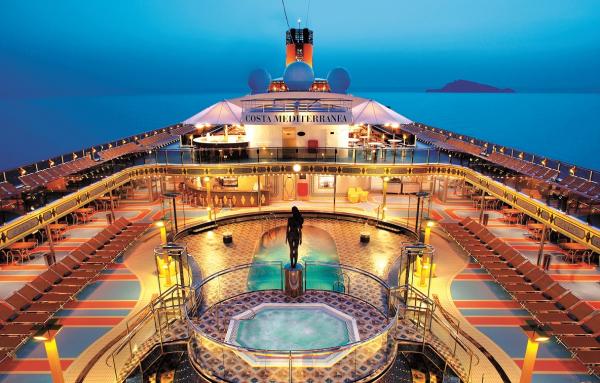 Área da piscina do navio Costa Mediterrânea