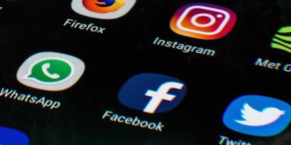 39d89db8a Saiba como evitar que a criança cresça e vire um ´pitbull´ das redes  sociais, como o filho de Bolsonaro