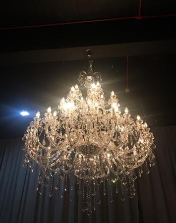 Lustre do Clube Milano já demonstra o luxo do lugar
