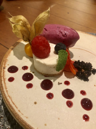 Cheesecake de tofu com sorvete de uva e calda de frutas vermelhas