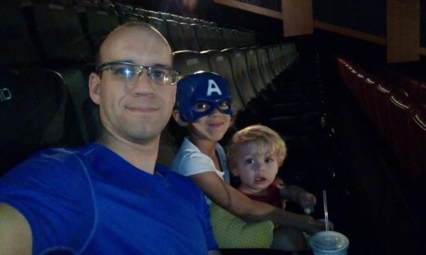 32cbf492d Pai faz´test-drive' em sessão de cinema para crianças pequenas. Veja como  foi