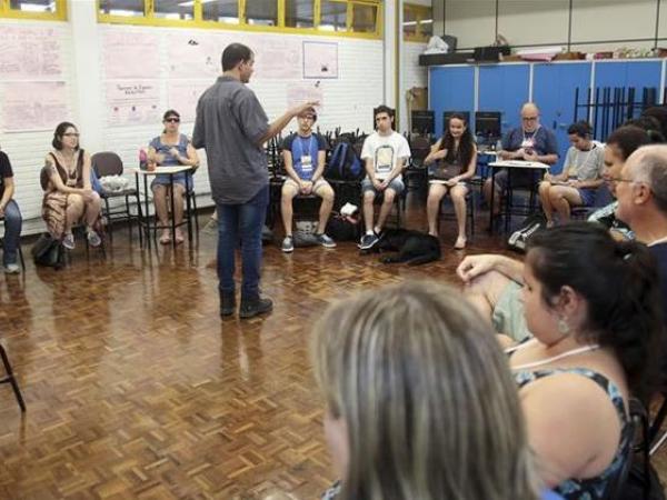 Professor Luiz Amorim durante aula na Oficina de Música de Curitiba