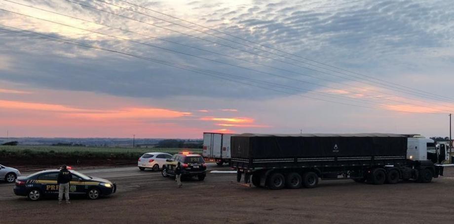 O caminhão apreendido pela Polícia Rodoviária Federal