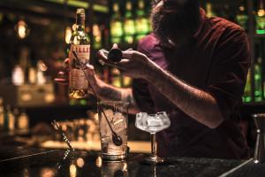 Vicente Machado ganha novo bar com foco em rum