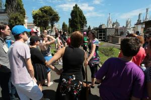 Protesto, visita ao cemitério, shows ou promoções: rolês para o Dia da Mulher