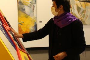 Exposição inédita em Curitiba apresenta pinturas para deficientes visuais