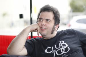 Fábio Elias faz playlist para agradar 'vovôs, jovenzinhos e netinhos do rock'
