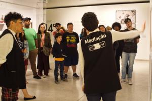 Você sabia que a Bienal de Curitiba oferece visitas mediadas gratuitas? Saiba como funciona