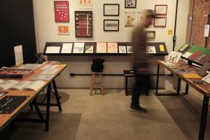 Espaço cultural da Rua Riachuelo, em Curitiba, inaugura banca para venda de livros e impressos independentes