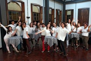 Inspirados por Chico Buarque, jovens se reúnem para cantar e interpretar músicas populares brasileiras