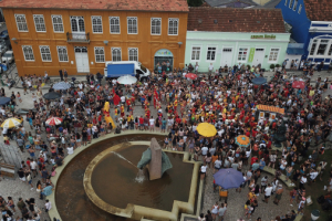 Fim de semana tem blocos, bailes, festas e até bicicletada de Carnaval em Curitiba
