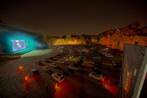 Drive-in veio para ficar e oferece de sessões de cinema a eventos de rock e cerveja