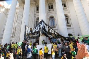 Estudantes se unem para colocar faixa maior na UFPR durante protesto do dia 30