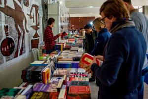 Feirão de Livros da UFPR completa 10 anos com diversidade de obras e descontos; evento segue até quinta