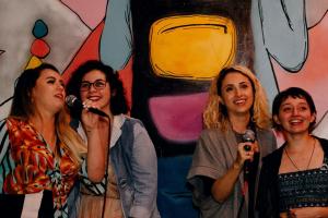 Bar alternativo faz sucesso com karaokê durante a semana em Curitiba