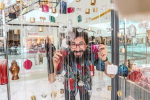 Artista plástico André Mendes transforma embalagens em obra de arteem shopping de Curitiba