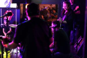 Bares de Curitiba começam a retomar música ao vivo. Veja programação