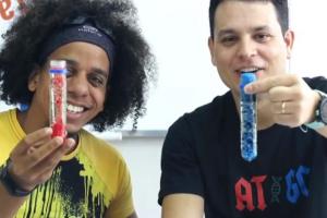 Professores de Curitiba ensinam experiências científicas para crianças pela internet