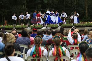 Centro de grupos folclóricos, Curitiba começa a 'devolver' cultura a países de origem