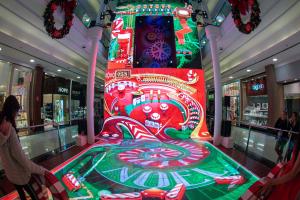 Pinball com 10 metros de altura faz a alegria de adultos e crianças em Curitiba