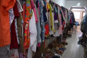 ´Deu a Louca no Brechó'  vai vender roupas e calçados por apenas R$ 1 em Curitiba. Saiba onde e quando