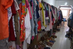 Evento 'Deu a Louca no Brechó' vende roupas e calçados por apenas R$ 1 neste sábado. Saiba onde