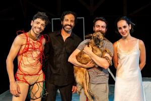 Peça de teatro que promove uma adoção de cachorro por apresentação chega a Curitiba