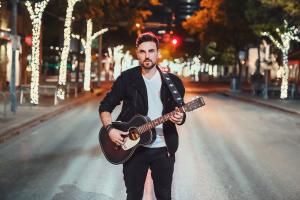 Músico paranaense lança clipe que questiona sobre solidão em meio à pandemia