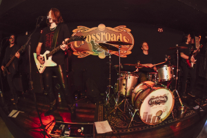 Bar Crossroads promove noite de Hard Rock com transmissão ao vivo e gratuita neste sábado