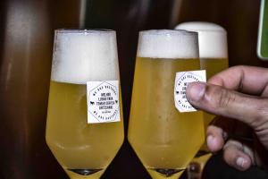 8 de março: em bar curitibano mulheres ganham de graça chope inspirado em Marie Curie