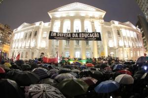 Nem chuva impede manifestação contra cortes na educação em Curitiba. Veja vídeo da nova faixa de apoio