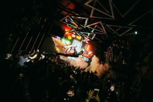 Curitiba ganha nova casa noturna no Batel com inspiração surrealista. Saiba detalhes