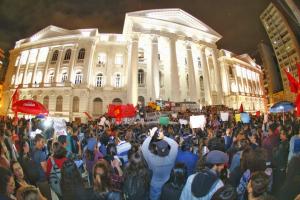 Protesto contra cortes na UFPR reúne milhares de estudantes em Curitiba. Veja vídeo