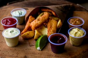 Seis lugares para comer fish n' chips durante os dias quentes em Curitiba