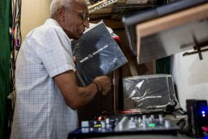 Primeiro DJ do Brasil, seu Osvaldo, traz a sua 'orquestra invisível´ a Curitiba