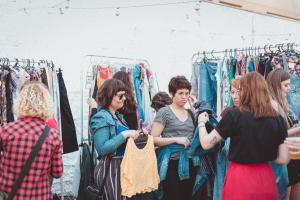 Bazar das Manas reúne mulheres em prol do empreendedorismo e consumo acessível