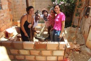 Elas ensinam e ajudam mulheres a construir casas em Belo Horizonte