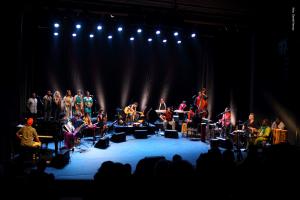 """""""Orquestra Mundana Refugi"""" reúne músicos refugiados em um repertório formado por vários sotaques e braços abertos"""